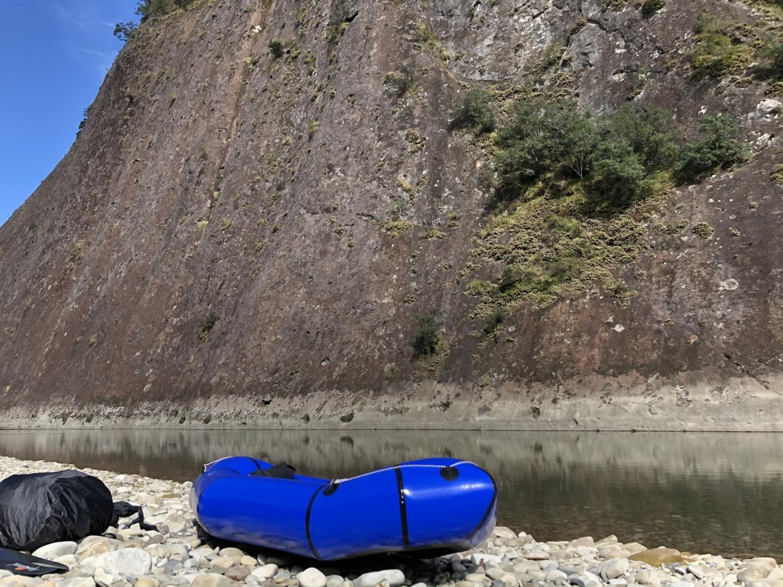 一枚岩とパックラフト