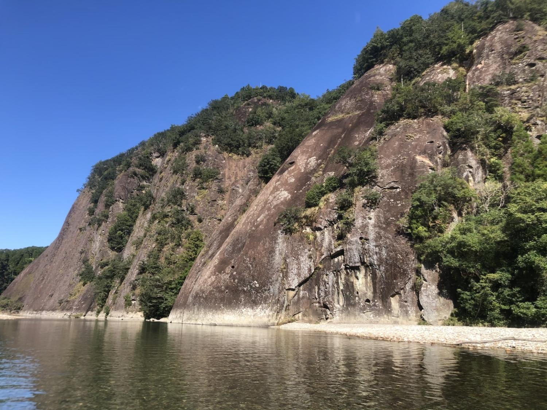 川から眺める一枚岩