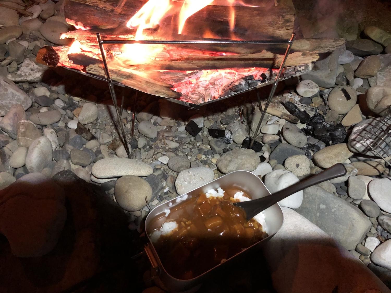 焚き火でカレー調理