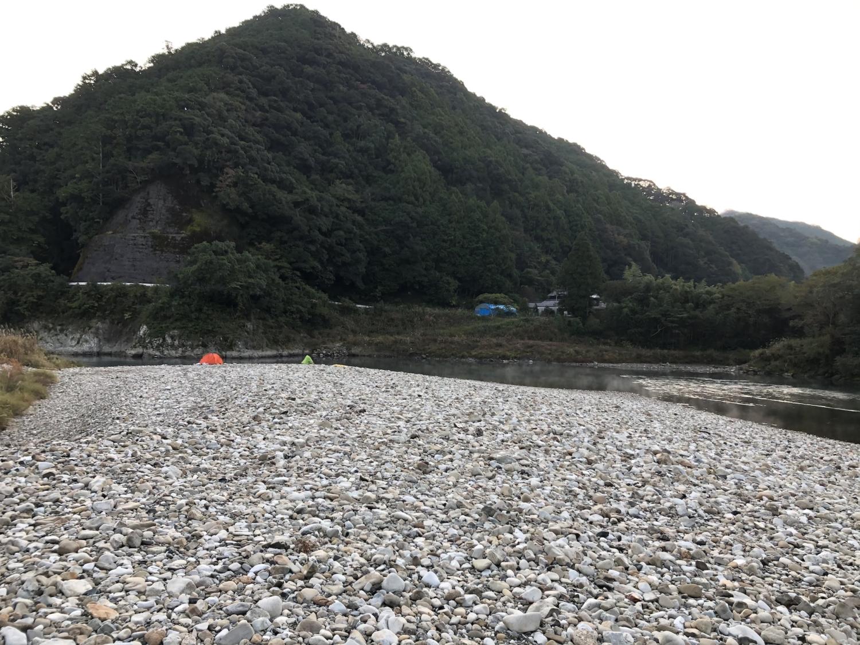 鶴川橋下の河原でキャンプ