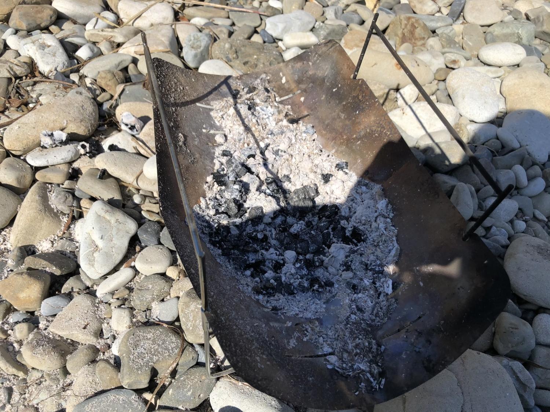 焚き火後の灰