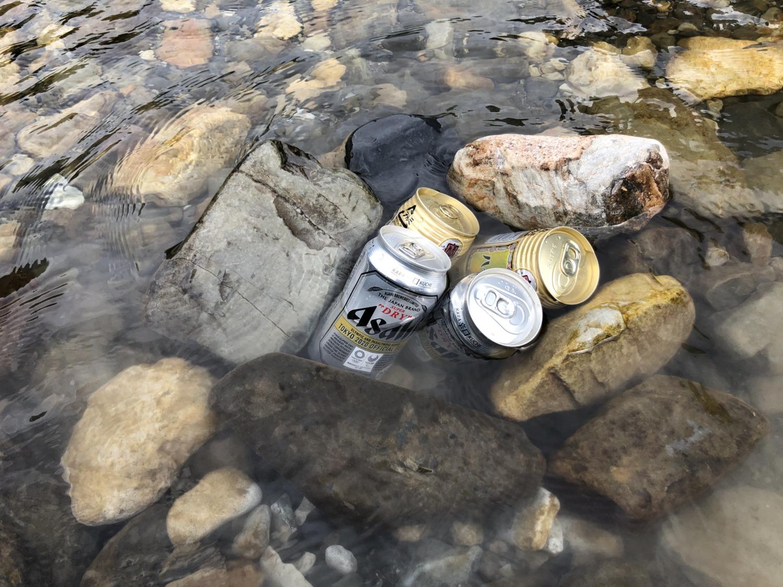 川でお酒を冷やす
