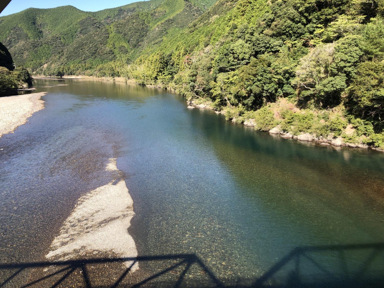 橋の上から見る日置川