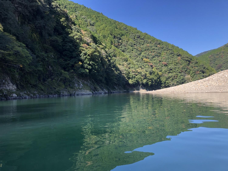 日置川と山々